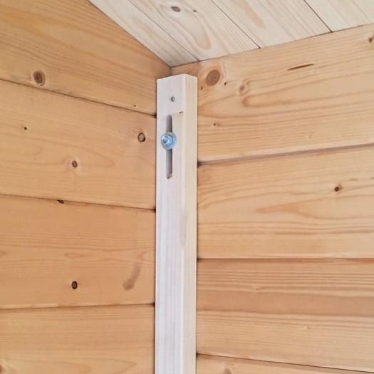 Windsicherung mit Holzleisten für Freizeithaus